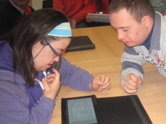 María y Juanma buscan páginas de mariquitas en internet