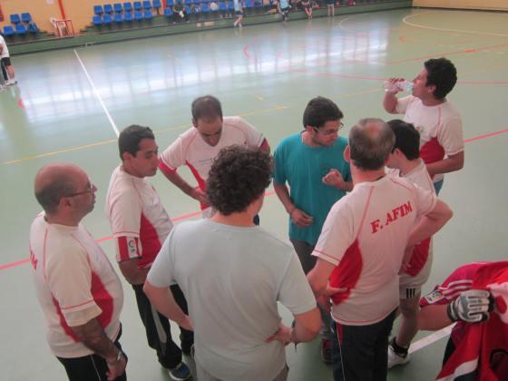 Antonio, el Mister, da instrucciones al equipo